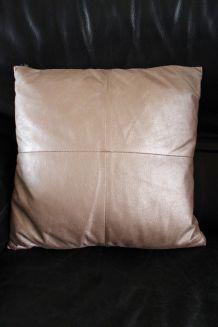 Coussin en cuir gris taupe