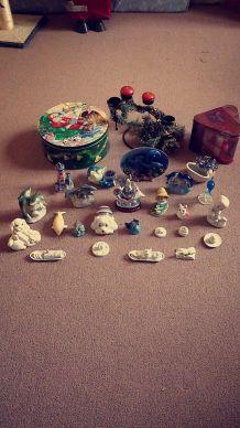 Divers bibelots, bougeoir de table de Noël et boîtes de rangement