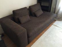 Canapé 3 places accoudoir gauche en tissu.
