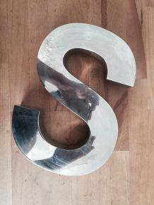 """Grande lettre en aluminium vintage """"S"""" (ancienne enseigne)"""