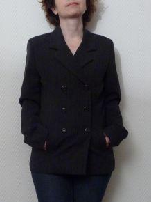 Veste longue noire rayée de fines rayures blanches verticales