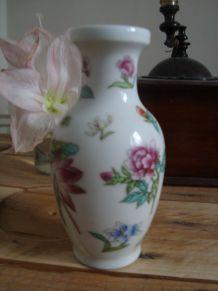 Petit vase motifs floraux