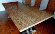 Table type monastère rehaussée plateau marbre