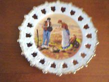 Assiette décorative en porcelaine, scène rurale.