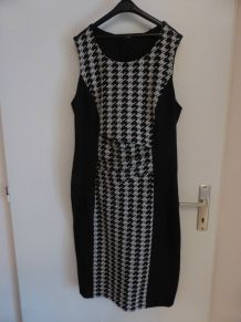 Robe noire et blanche motif T42