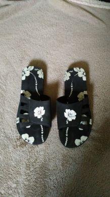 sandales compensées noires motif fleurs blanches