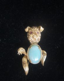 BROCHE OR MASSIF 750M , jade et yeux rubis ,23g