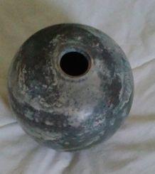 vase rond en argile signé par le créateur Liril