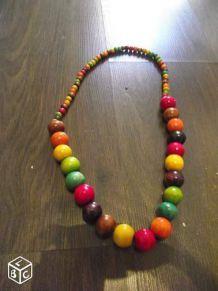 Collier perles en bois de couleur