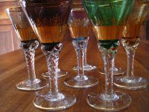 Lot de 8 petits verres à pied colorés et dorés