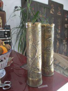 Paire de douilles d'obus gravés avec motifs floraux