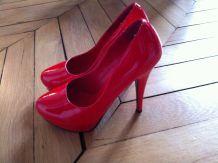 Chaussures laquées rouges hauts talons