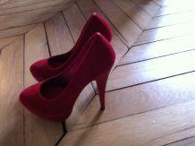 Chaussures en daim rouges hauts talons