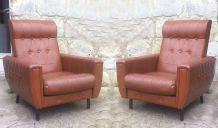 Paire de fauteuils de salon en  skaï marron - années 1960