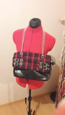 Sac KOOKAI noir avec imprimé carreaux rouges.
