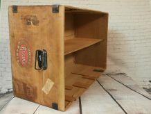 Ancienne malle transformée en étagère
