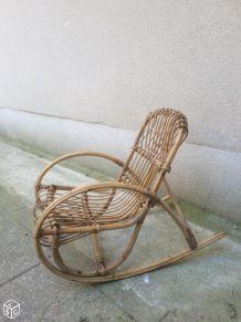 Petit fauteuil en rotin à bascule enfant vintage