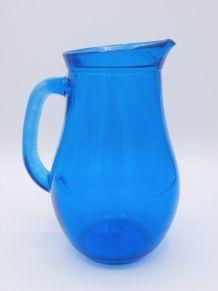 Pichet en verre bleu transparent