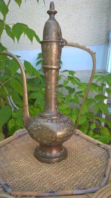pichet en cuivre travaillé; beaux details