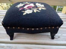 Repose pied en bois, vintage, rétro, romantique, tapissé d'un canevas, tabouret bas, assise basse