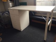 Bureau Ikea blanc à tiroirs