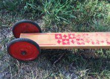 Ancienne trottinette en bois à 3 roues en métal rouge