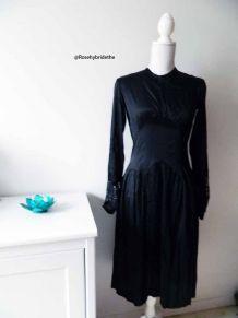Robe en satin noir empiècement en dentelle vintage 30's