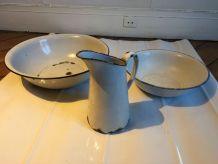 Lot de 2 bassines + broc en tôle émaillée