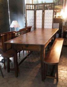 Ancienne grande table de café et ses deux bancs