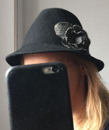 Chapeau créateur noir 100% laine avec fleur en tissu style rétro Taille unique
