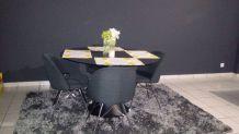 Table avec 4 chaises et tapis