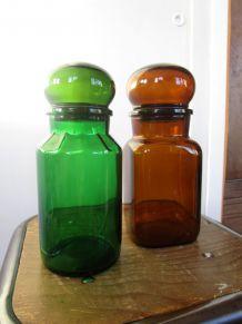 Lot de deux flacons de pharmacie à bouchon boule, vintage, en verre vert et brun