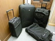 Lot de valises noires à roulettes .