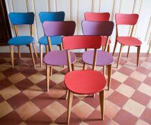 Sept chaises multicolores vintages en skaï