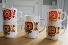 Lot de 4 mugs Mobil Arcopal et pichet 70's