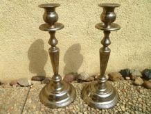 paire  de  bougeoirs  couleur  argenté ,en métal