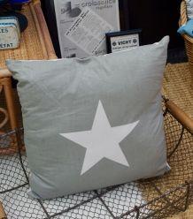 Grand coussin gris motif étoile