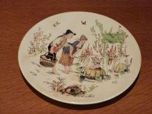 Ancienne assiette, au galant jardinier, de S