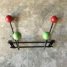 Porte manteaux en métal & boules en bois rouge et verte