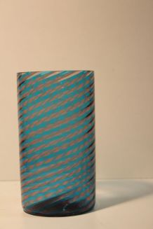 Vase rouleau en verre bleu torsadé ancien