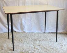 Table design épuré et vintage – années 50