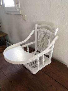 Haut chaise haute ancienne avec assise et dossier en cannage