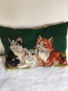 Coussin canevas vintage avec chats .