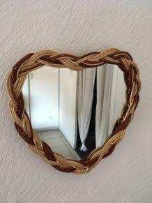 Miroir osier tressé bicolore en forme de coeur .
