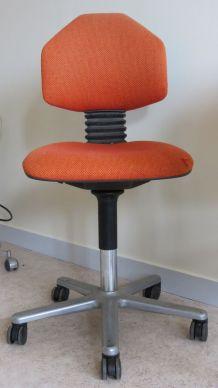 Chaise de bureau orange à roulettes années 80