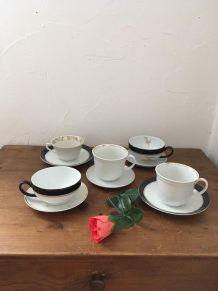 Cinq tasses et sous tasses à café en noir et blanc .