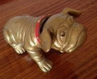 bulldog en plastique qui secoue la  tête