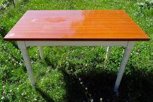 Table en bois peint blanc