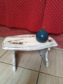 Petit banc en bois dans sa patine .
