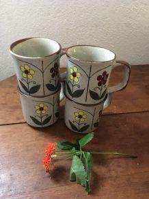 Quatre mugs en céramique motif floral.